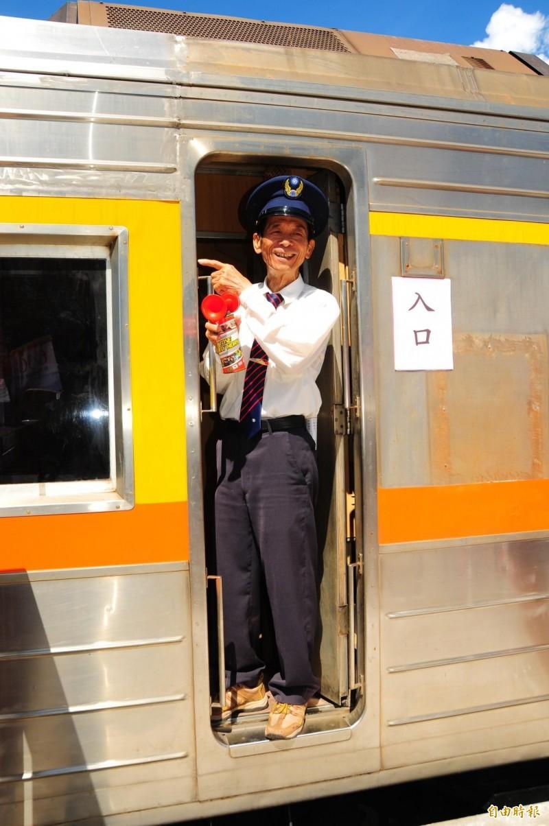 台鐵花蓮機廠整新後的DR3051柴聯自強號客車,由曾任林榮舊站站務員的黃騰慶現場鳴笛宣布「火車到站了」。(記者花孟璟攝)
