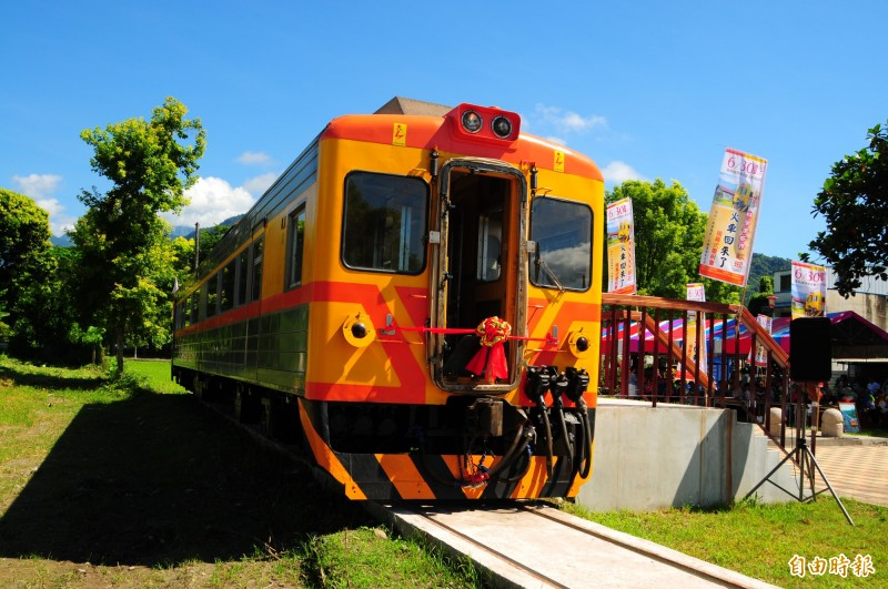 舊林榮站廢站後變成社區公園,37年來第一次有火車回來此地,鳳林鎮公所在公園內增設小小月台,方便遊客上車參觀。(記者花孟璟攝)