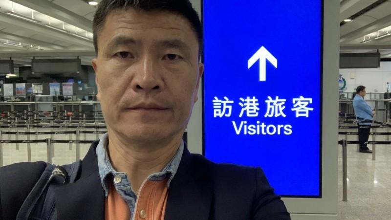 周鋒鎖在香港機場被港府拒絕入境。(翻攝自推特)