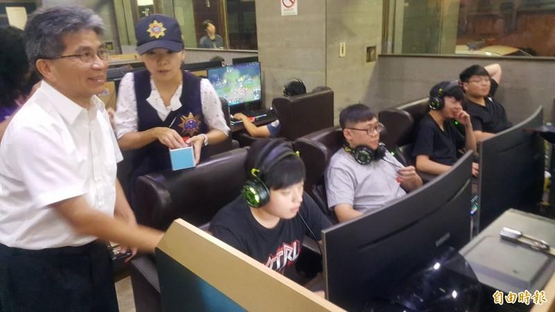 市府秘書長陳章賢(左)晚間前往網咖關心青少年。(記者蔡彰盛攝)