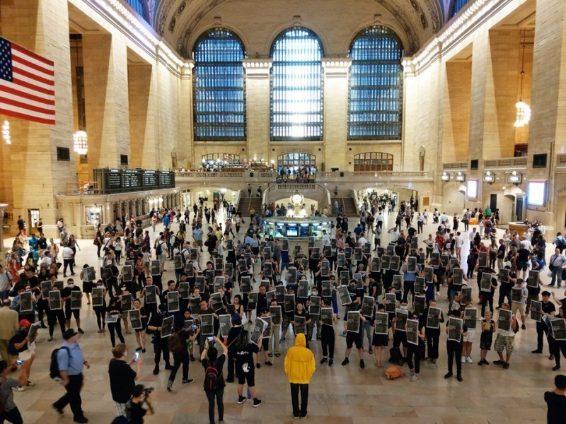 反送中港人串聯發起「紐約中央車站」快閃行動,希望引起國際關注,「遍地開花」。(圖取自臉書專頁Freedom HONG KONG)