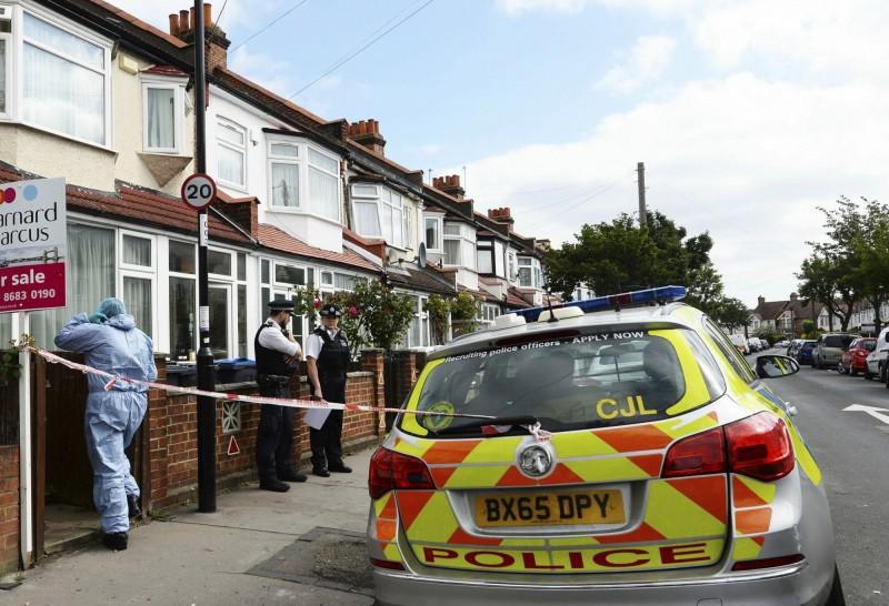 英國有名懷胎8個月的孕婦被人持刀刺死,目前警方已在現場拉起封鎖線進行調查。(美聯社)