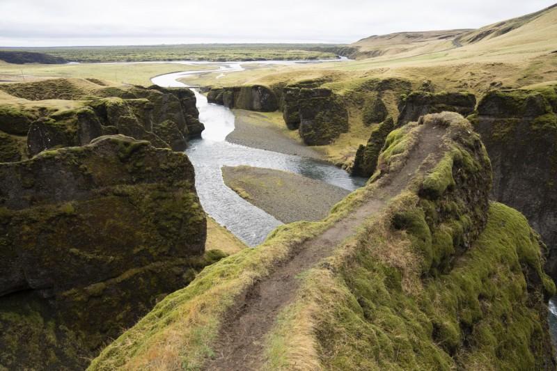 加拿大歌手小賈斯汀曾前往冰島「羽毛峽谷」(Fjadrargljufur Canyon,見圖)拍攝MV,導致當地成為旅客蹂躪的景點。(美聯社)