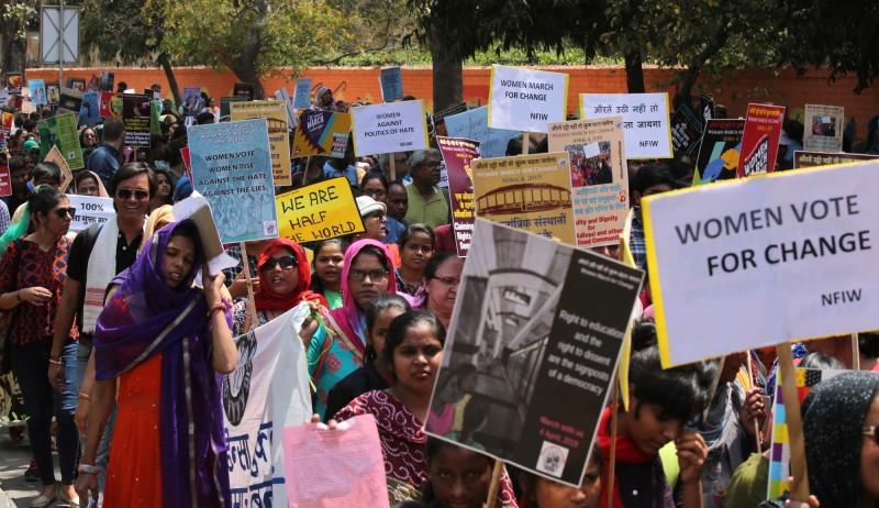 印度比哈爾邦官員和多名男子闖入民宅企圖輪姦女子,受害母女拼死抵抗後,遭到痛毆並剃光頭羞辱。圖為印度婦女上街抗議女權低落。(歐新社)