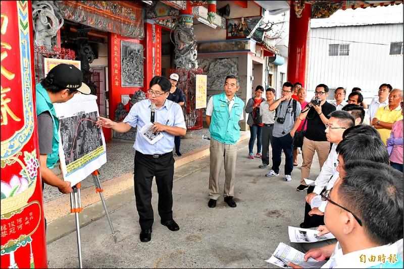 營建署長吳欣修簡報北港特一號道路規劃設計內容。(記者黃淑莉攝)