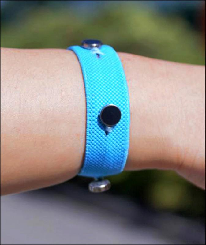 英國蘭開斯特大學運用「熱致變色」(thermochromic)等智慧型材料,研發智慧型手環,可藉由變色、發熱、變緊或震動,讓有情緒失調問題的患者更能自我控制。(取自網路)