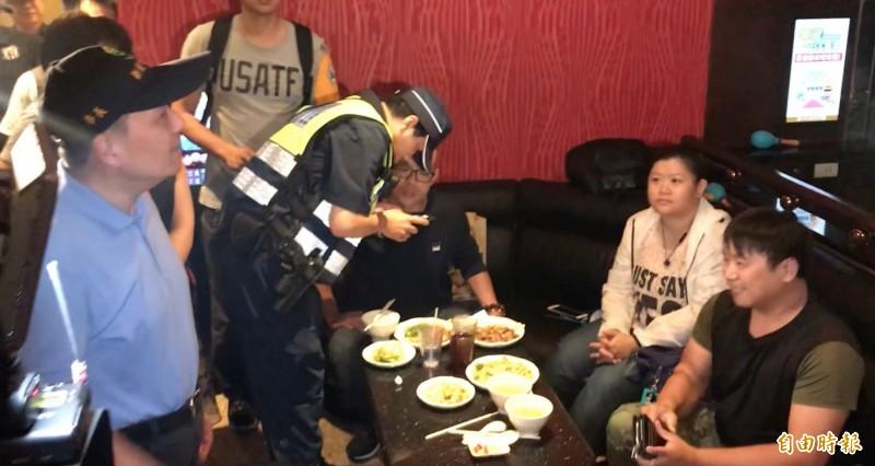 侯友宜(左一)突擊KTV臨檢。(記者陳薏云攝)