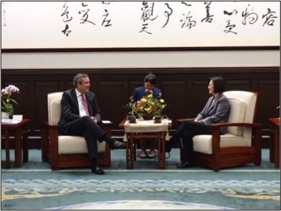 OPIC代理總裁兼執行長比海吉(David Bohigian)上週訪台,並與蔡英文總統在總統府會面,重申OPIC與台灣攜手合作。(AIT提供)