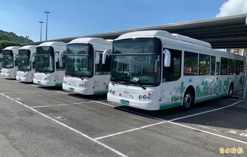 高市低碳公車「綠1」號今天上路,串連高市主要商區和景點。(記者黃良傑攝)