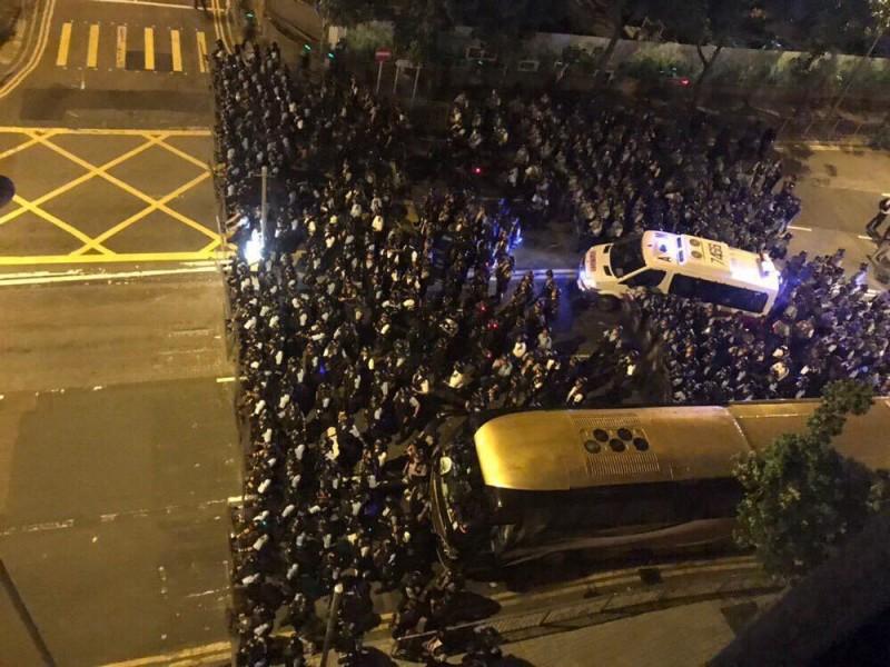 集結在政總周邊破千名鎮暴警察開始向立法會方向推進。(圖擷取自認證哨兵消息主頻道)