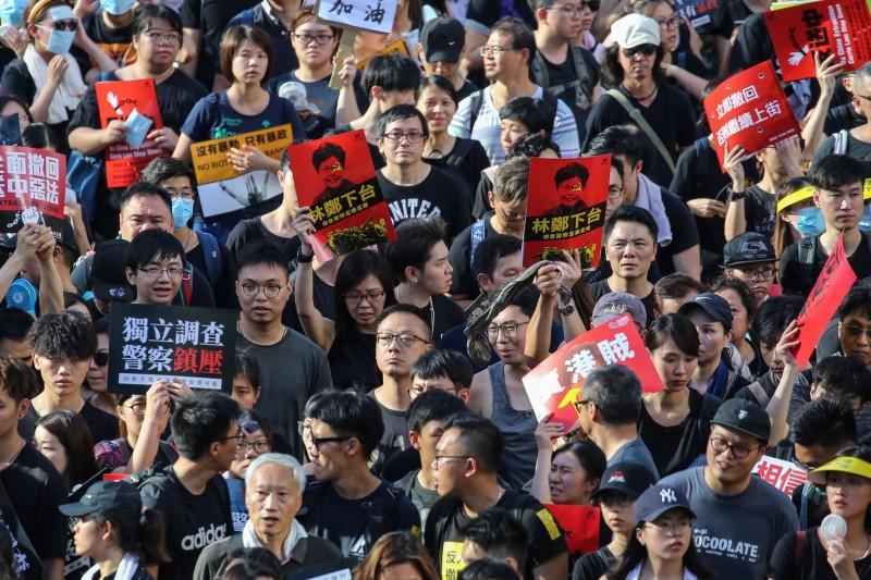 七一大遊行,民眾再度要求林鄭月娥下台。(歐新社)