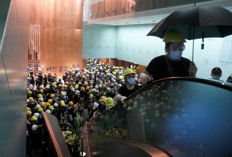 晚間8時56分左右,大量示威者再深入內部撬開半開的鐵捲門,正式進入立法會大樓。(路透)