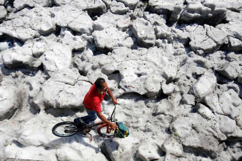 下完冰雹後的冰層厚達1.5公尺。(法新社)