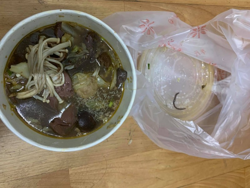 店家得知此事後,答應客人更換一碗給她,但正妹直呼不敢再吃。(圖擷取自臉書社團「愛.新莊」)