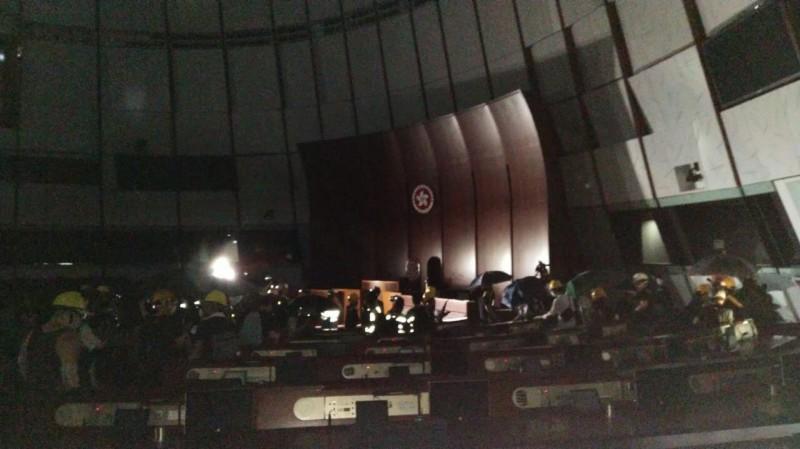 抗議民眾占領立法會中的議事廳。(圖擷取自本土民主前線公告頻道)