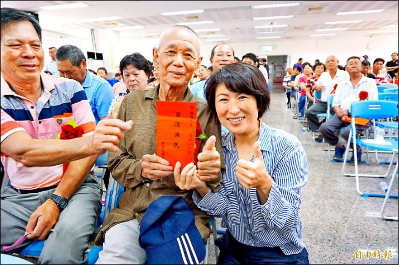 九十二歲漁民張佐(中)獲台東縣長饒慶鈴(右)頒資深漁民表揚。(記者黃明堂攝)