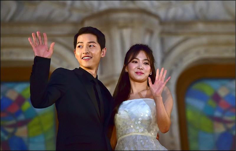 南韓巨星宋慧喬和宋仲基近日宣布離婚,震驚國內外粉絲。圖為兩人二○一六年六月出席在首爾舉行的「第五十二屆百想藝術大獎」。(法新社檔案照)