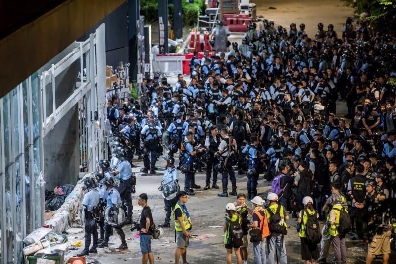 香港示威民眾昨於七一遊行後衝進立法會,被質疑是警署設陷阱誘入。(彭博)