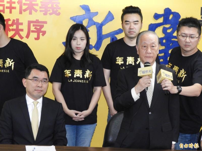 新黨黨主席郁慕明(右二)今日宣布,新黨作為一個政黨應推出總統候選人,正式推派楊世光(左)參選總統。(記者陳鈺馥攝)