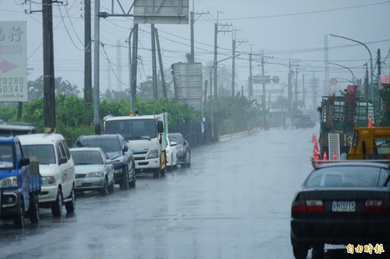 林邊鎮安村下午又再湧起烏雲,居民很擔憂「又是」龍捲風,所幸只是大雨一場。(記者陳彥廷攝)