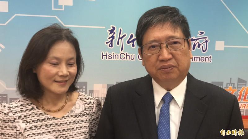 新竹縣長楊文科(右)今天在稅捐局長彭惠珠陪同下,跟鄉親宣布即日起調降房屋稅。(記者黃美珠攝)