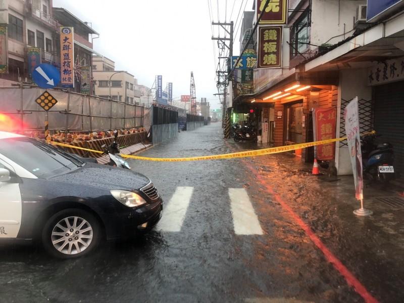 三峽警分局立即派員前往淹水路段圍起封鎖線。(三峽交通分隊提供)