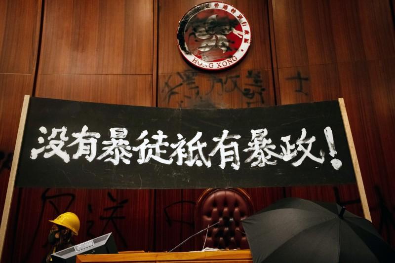 香港青年1日占領立法會會議廳後,在主席台立起標語「沒有暴徒只有暴政」。(彭博)