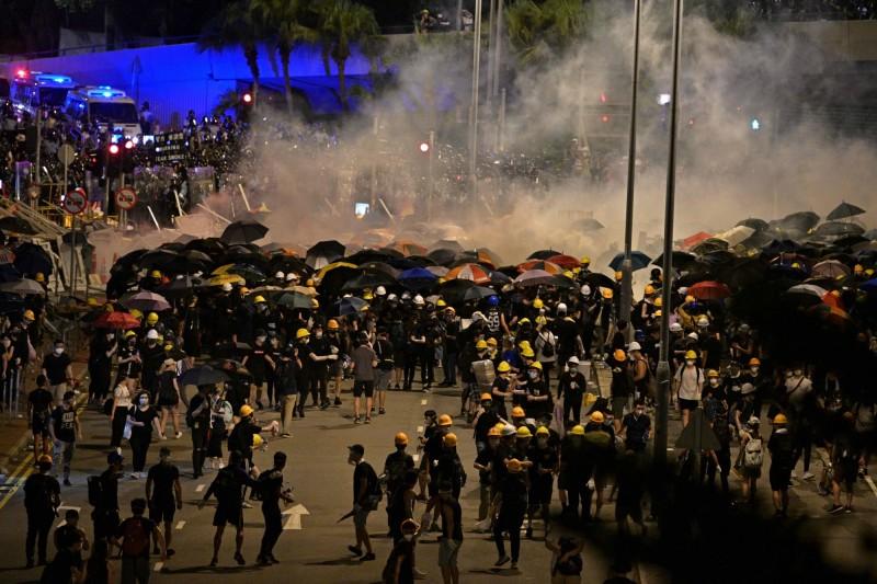 香港七一遊行,在入夜後被警方以催淚彈驅離。(法新社)