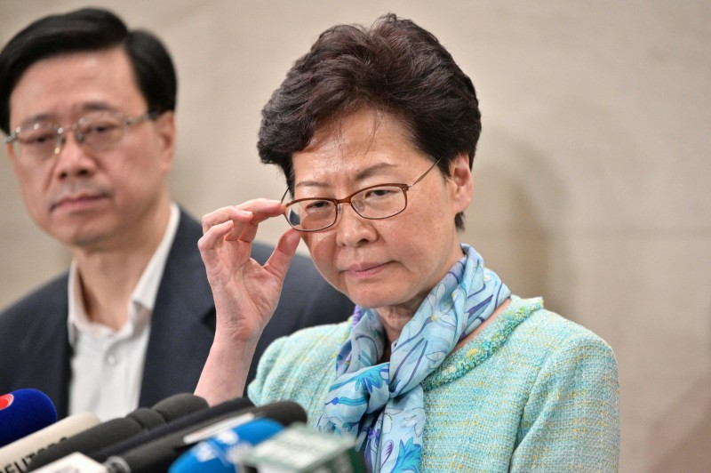 香港特首林鄭月娥在今天清晨4點召開記者會,強烈譴責示威民眾「目無法紀」,指當局將追究到底,並表示她不會下台。(法新社)