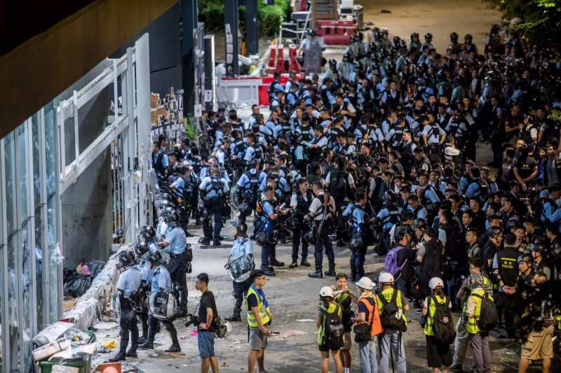 香港示威民眾衝進立法會,被質疑是警署設陷阱誘入。(彭博)