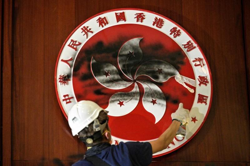 香港政府強修「送中條例」,昨晚香港示威民眾占領立法會,香港特首林鄭月娥強烈譴責示威民眾「目無法紀」,並指當局將追究到底。(法新社)