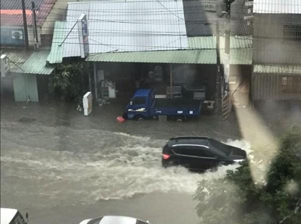 網友拍下公司門前的淹水照片。(圖擷自爆廢公社)