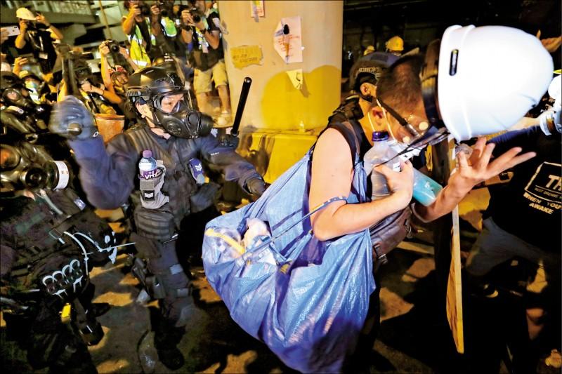 香港警方二日凌晨驅離佔領立法會的抗爭者。 (歐新社)