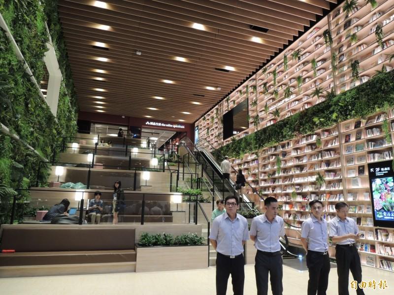 悅誠廣場號稱是全台首處、以森林圖書館為概念打造的生活百貨,圖為十五米巨型書牆。(記者王榮祥攝)