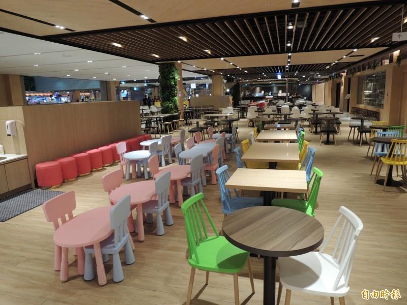 悅誠廣場為孩童規劃許多舒適空間,圖為美食區適合孩子用餐桌椅。(記者王榮祥攝)
