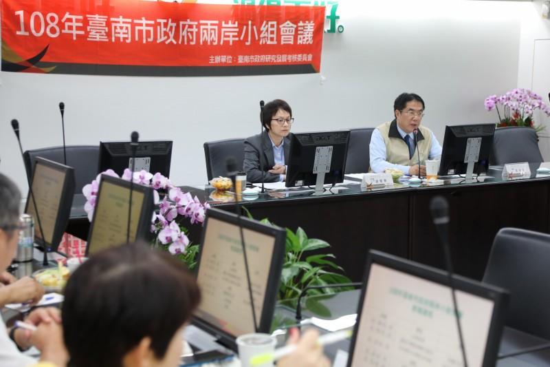 台南市長黃偉哲(右)主持兩岸小組會議。(台南市府提供)