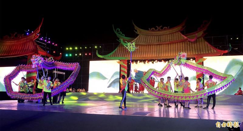 威勁龍獅武術戰鼓團、新加坡星洲舞獅體育協會(夜光獅)進場《鬥陣》的夜間彩排。(記者李容萍攝)