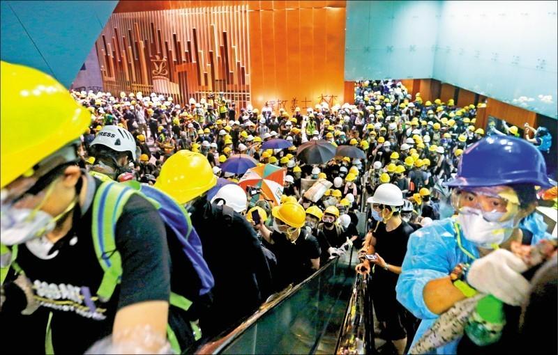 香港反送中示威者衝進立法會會議廳,佔領立法會。(路透)