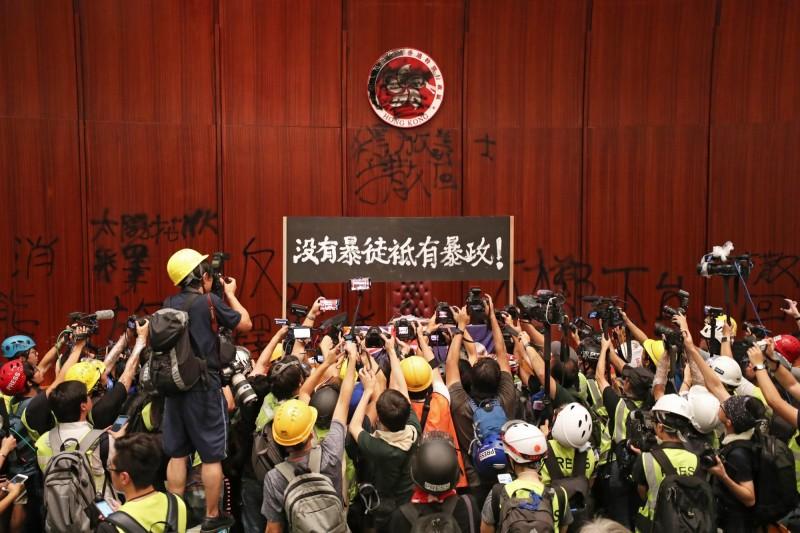 抗議者破門進入立法會,抗議港府漠視訴求。(資料照,歐新社)