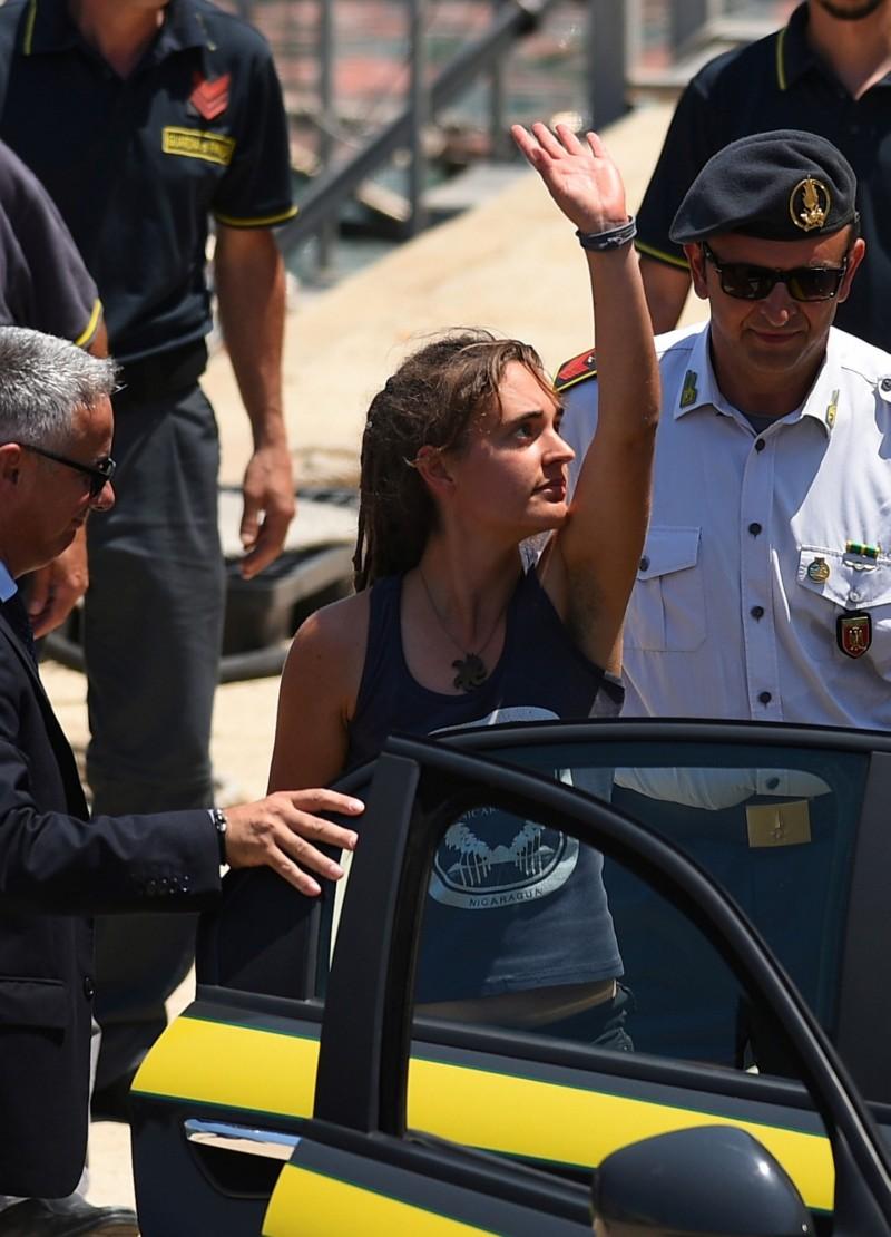 德籍難民船船長拉奇(中)29日因強登義大利被捕,現已獲無罪釋放,卻收到眾多死亡威脅。(路透)
