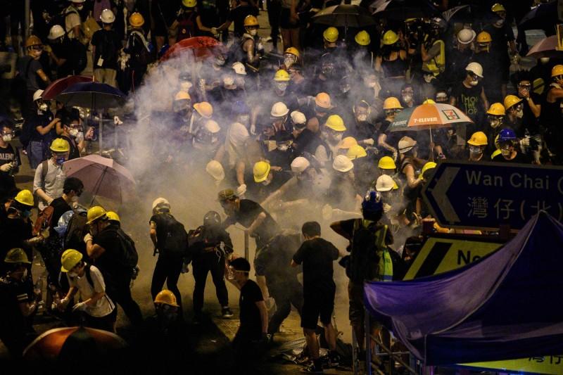 香港警察對抗議群眾使用催淚彈。(資料照,法新社)
