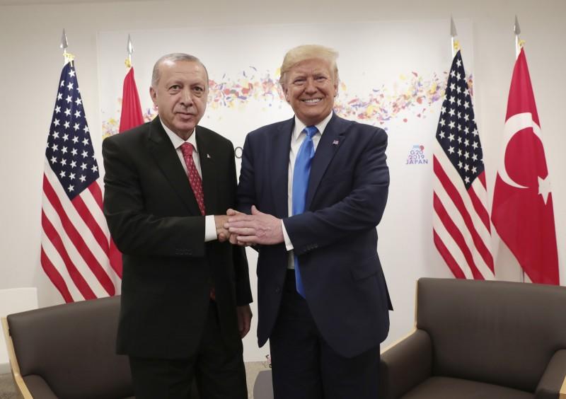 美國總統川普跟土耳其總統艾多根舉行雙邊會議,會後艾多根自信保證美國不會制裁土耳其,但據美國官員表示,目前政府仍傾向對土制裁。(美聯社)