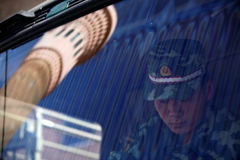 據外媒調查,中國針對從邊境進入新疆的外國人旅客,強迫其手機安裝惡意軟體,以監控個人訊息。(路透社)