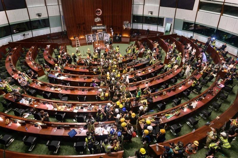 反送中示威者前晚一度攻占香港立法會。(法新社)