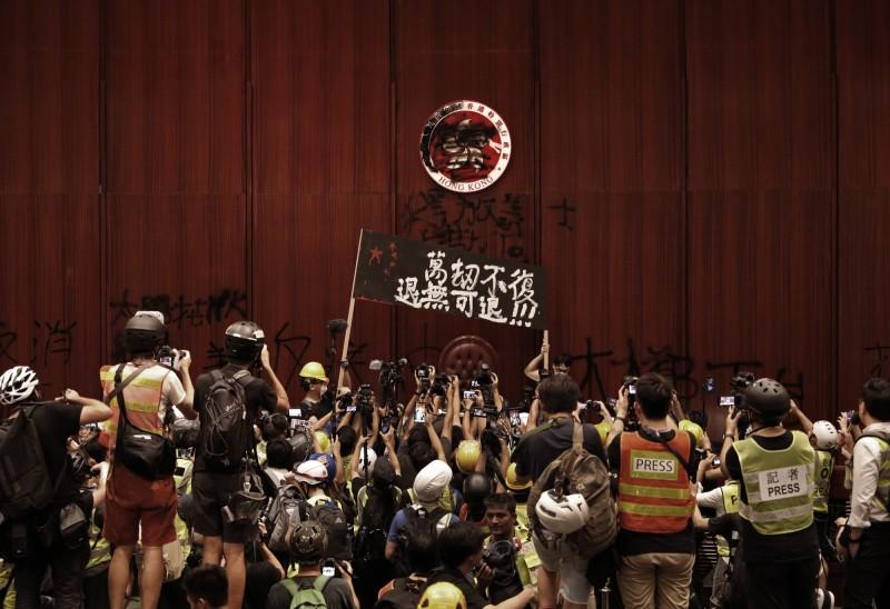 反送中抗議民眾1日晚間攻占立法會議事廳。(美聯社)