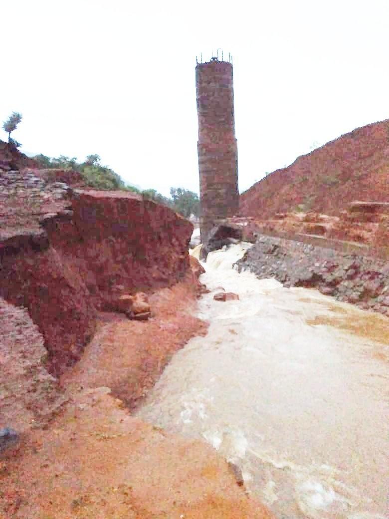 距離孟買275公里的提瓦里水壩(Tiware)不堪連日豪雨肆虐,在2日晚間潰堤。(圖取自ANI推特)