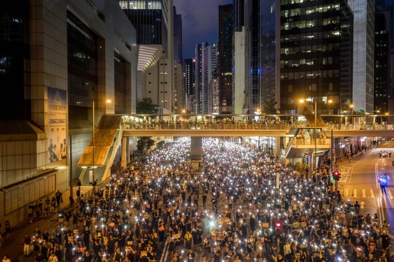 香港市民組織了「救人隊」,在可能的地點設立將近40個監察哨,並且先後在3個位置找到3名情緒受困擾的人士。圖為71大遊行。(彭博)