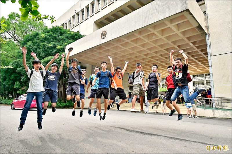 大學指考結束,學生解除壓力。(記者塗建榮攝)