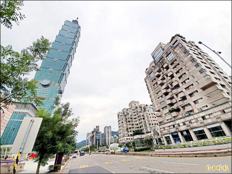 台北市政府正進行信義區通盤檢討,擬鬆綁信義計畫區部分街廓住宅使用範圍,「信義鴻禧花園大廈」(右)可望受惠。 (記者林家宇攝)