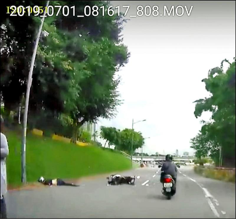 43歲張姓女騎士為了閃避犬隻,自摔後頭撞到路邊水泥塊,命為搶救中。(翻攝自【爆料公社二社】)